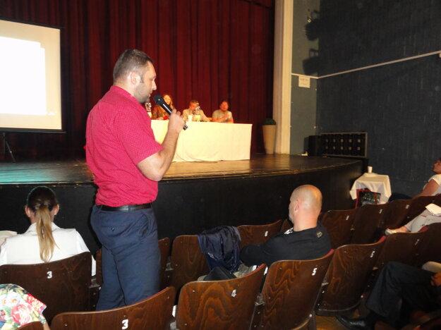 Viceprimátor Marek Holub na verejnom zhromaždení popisuje, ako sa osvedčilo vyčlenenie financií, o ktorých použití vlani rozhodol výbor mestskej časti Prílepy, z ktorých pochádza aj on.