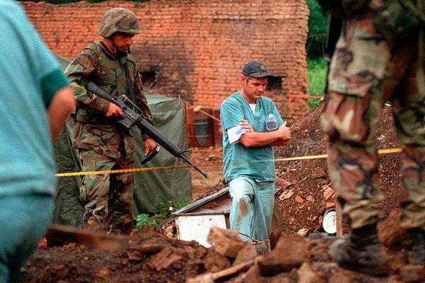 Skúmanie masového hrobu v kosovskej dedine.