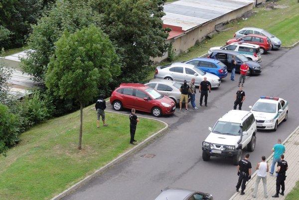 Muža, ktorý mal majiteľa pohrebníctva zastreliť, zadržali policajti v aute vlani v auguste.