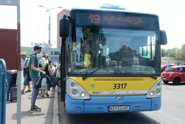 DPMK hlási nedostatok vodičov. Práve tým obhajuje razantné rušenie autobusových spojov.