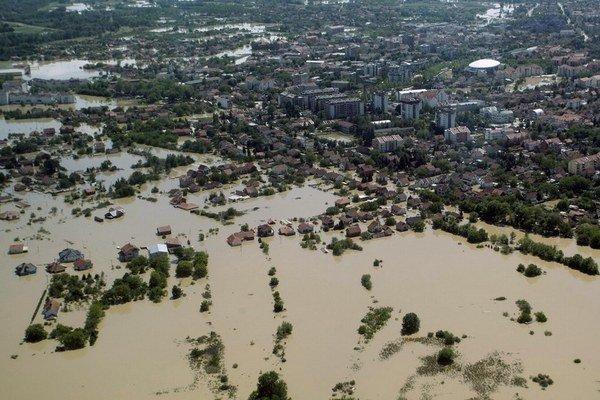 Rieky v Bosne aj v Srbsku vytvorili po záplavách jazerá, v ktorých sa topili autá, cesty aj domy.