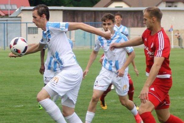 Vľavo Filip Balaj, v strede Andrej Fábry, strelec jediného gólu v Bardejove.