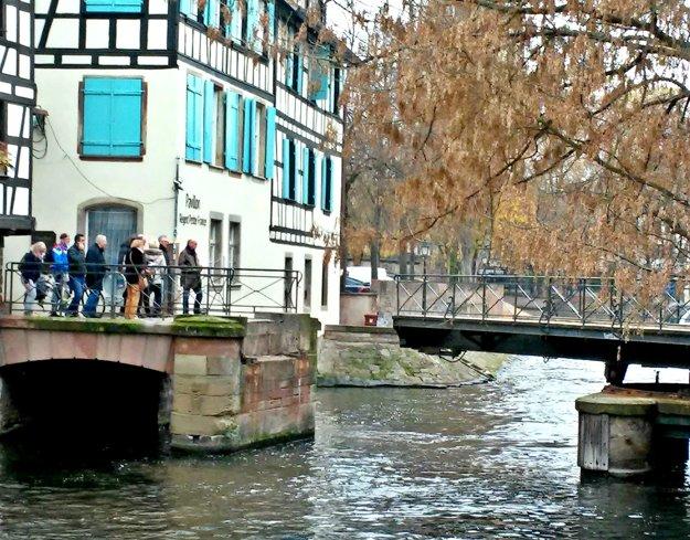 Život s vodou. Miestni si zvykli, neprekvapí ich ani hýbajúci sa most.