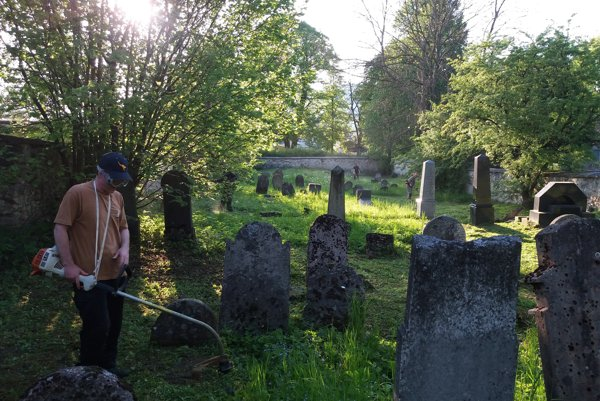 Dvanásť mužov sa kosením židovského cintorína ospravedlnilo za minulosť.