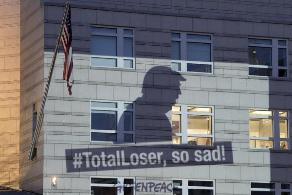 """Projekcia Greenpeace na budove americkej ambasády v Nemecku z dielne krátko po tom, ako Trump oznámil odstúpenie od klimatickej dohody z Paríža. """"Totálny lúzer, také smutné!"""" znie nápis v narážke na Trumpove tweety."""