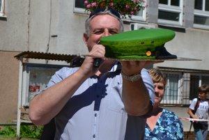 Primátor Michal Bagačka s netradičnou tortou pre príslušníkov polície.