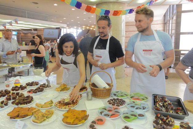 Herci Kristína Turjanová, Peter Oszlík a Marián Viskup ponúkali slané aj sladké špeciality.