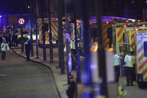 Sanitky a polícia pri London Bridge.