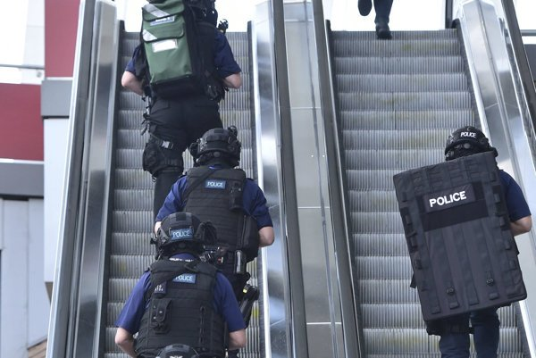 Britskí policajti v nedeľu ráno prehľadávali nákupné centrum neďaleko miesta teroristického útoku.