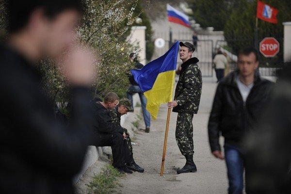 """Ukrajinský vojak opúšťa svoju základňu na """"ruskom"""" Kryme."""