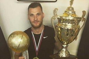 Tomáš Mrviš s majstrovskými trofejami.