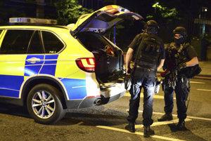 Londýnski policajti počas zásahu.