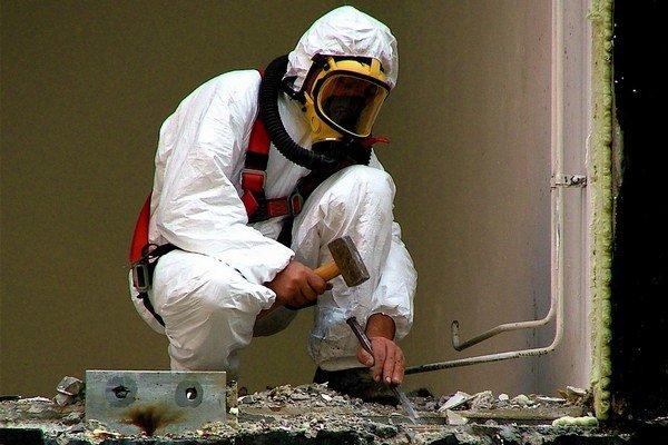 Pri práci s azbestom firmy používajú ochranné obleky.
