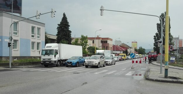 Zápchy siahajú až ku Komenského ulici, autá na Watsonovu ulicu