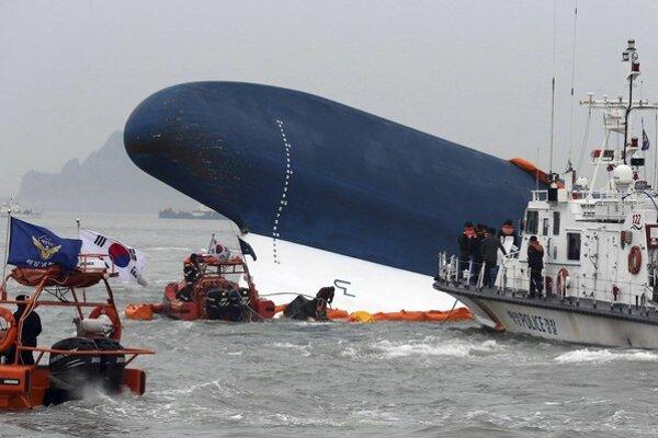 Potápajúci sa kórejský trajekt. Príčinu nehody zatiaľ nepoznajú.