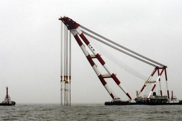Veľký žeriav má trajekt vytiahnuť alebo presunúť do oblasti so slabšími morskými prúdmi.