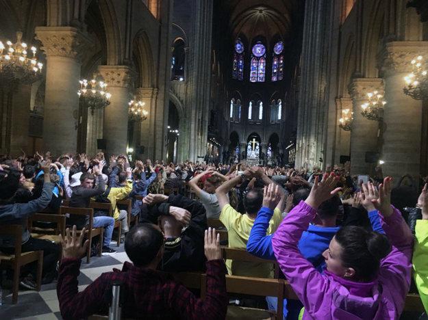 Turisti zostali v katedrále.