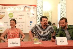 Zľava herečka Alena Ďuránová, autor a režisér Jakub Nvota a herec Michal Soltész.