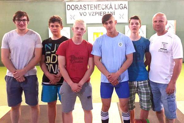 Úspešní dorastenci s trénerom Miroslavom Škrobianom (vpravo).