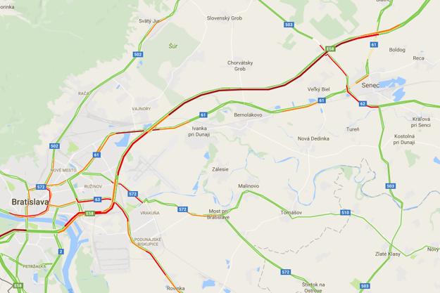 Dopravná situácia krátko po piatej popoludní podľa údajov Googlu. Červená farba znázorňuje spomalené dopravu.