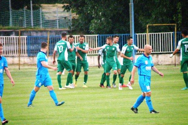 Radosť Novozámčanov z víťazného gólu Mateja Švajdu (druhý zľava)