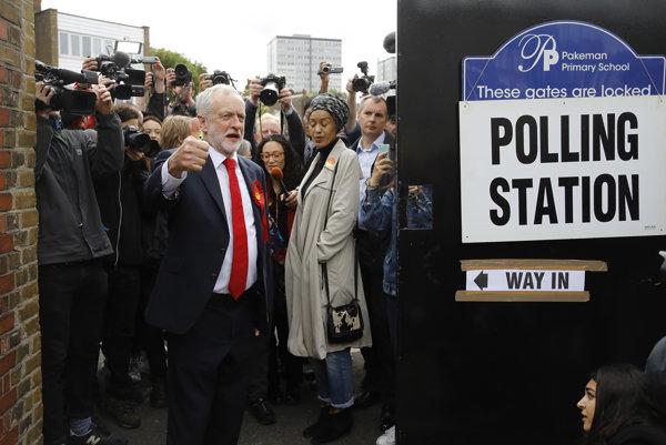 Jeremy Corbyn pred voliacou miestnosťou.