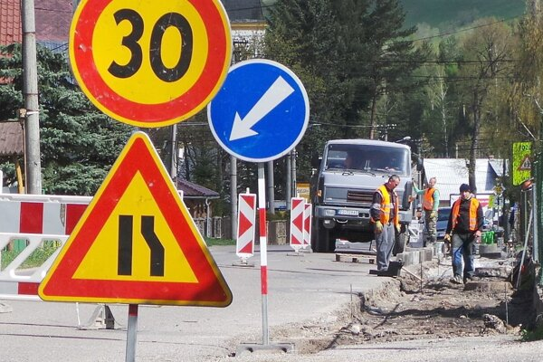Oprava chodníka popri ceste Habovkou.
