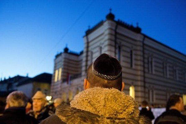 Demonštranti pred synagógou.
