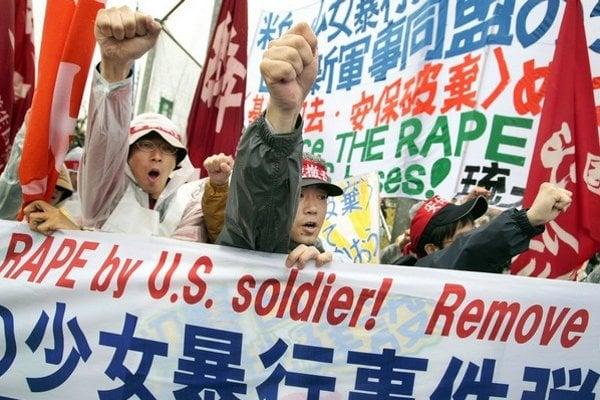 V roku 2008 Japonci protestovali proti znásilneniu 14ročného dievčaťa americkým vojakom. Mnohí vinníci zostávajú nepotrestaní.
