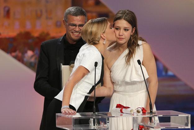 Režisér Abdellatif Kechiche s herečkami  Adele Exarchopoulosovou (vpravo) a Leou Seydouxovou v Cannes.