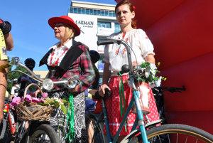 Čelo pelotónu potiahli v úvodných kilometroch cykloturisti na historických bicykloch.