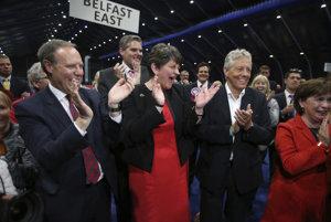 Arlene Fosterová oslavuje volebný úspech.