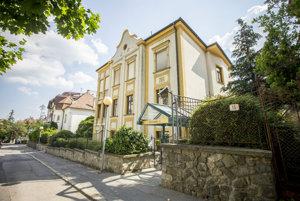 Vila v Bratislave na Zrínskeho ul. postavená v roku 1914 a zrekonštruovaná v roku 2003, ktorú tiež kúpila firma Elafina.