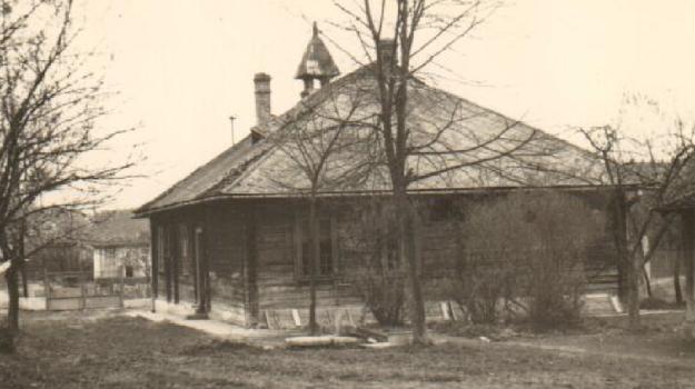 Drevená budova v čase vzniku okolo roku 1914.