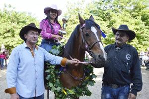 Westernový seriál pokračoval v sobotu v Dlhej nad Váhom, organizátori ocenili víťazov šiestich kategórií. Na snímke Barbara Fazekašová.