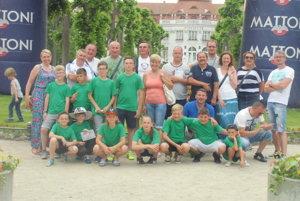 Žiaci Jacoviec so svojimi rodičmi a realizačným tímom.