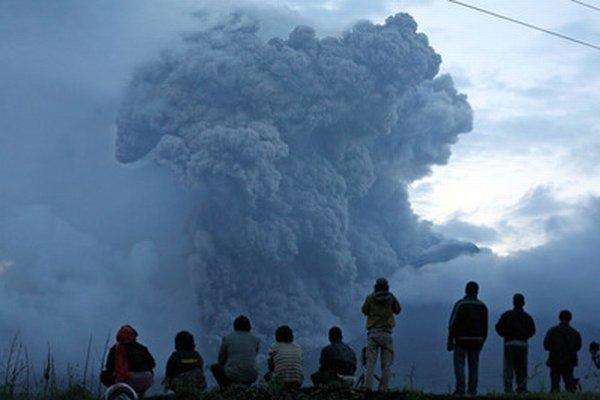 Indonézania sledujú výbuch sopky Sinabung.