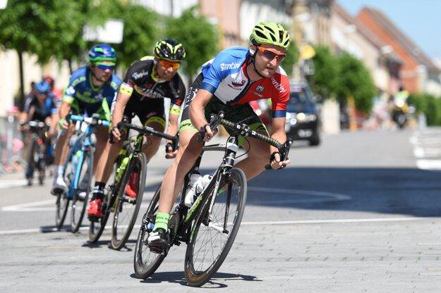Na snímke vpredu slovenský cyklista Patrik Tybor (Dukla Banská Bystrica) v drese pre najlepšieho Slováka počas záverečnej, 4. etapy cyklistických pretekov Okolo Slovenska.