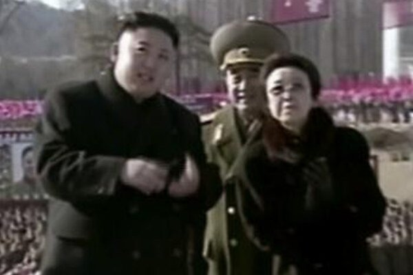 Kim Čong-un so svojou tetou (vpravo) a strýkom (v strede).
