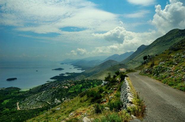 Cesty vedú v Čiernej Hore často náročným terénom.