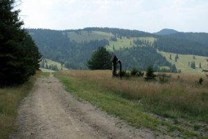 Nad sedlom Rozdiel, vpravo trčia Vysoké Skalky.