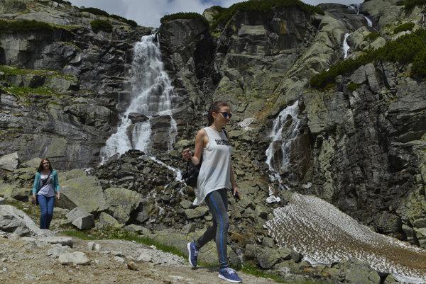 Na snímke turistky pod vodopádom Skok v Mlynickej doline.