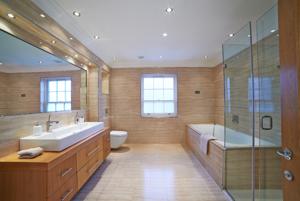 Viac farieb vzariadení kúpeľne by bolo dizajnovým faux pas.