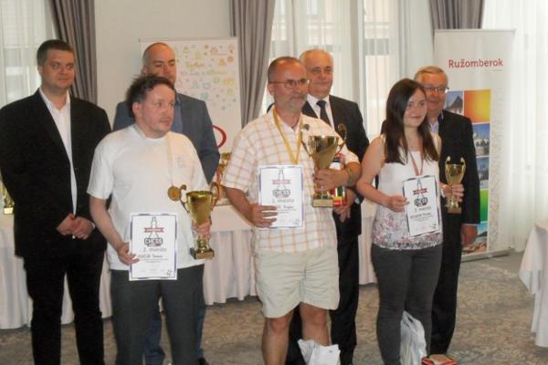 Prví traja na turnaji Montana FIDE Open Ružomberok – zľava druhý Roman Hrnčiar (Dolný Kubín), víťaz Chorvát Bogdan Božinovič, tretia Monika Motyčáková (LŠŠ). Foto: Ján Svrček
