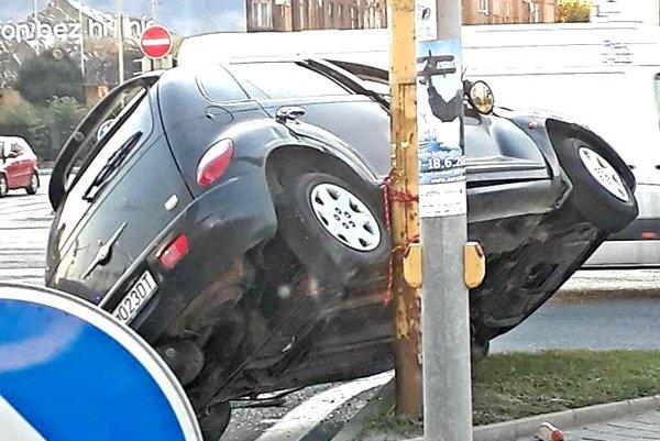 Po zrážke.Chrysler zostal opretý o stĺp.