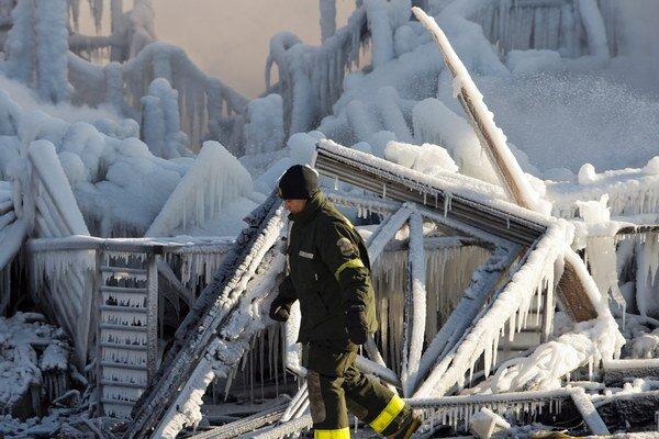 Záchranné práce komplikuje mráz.