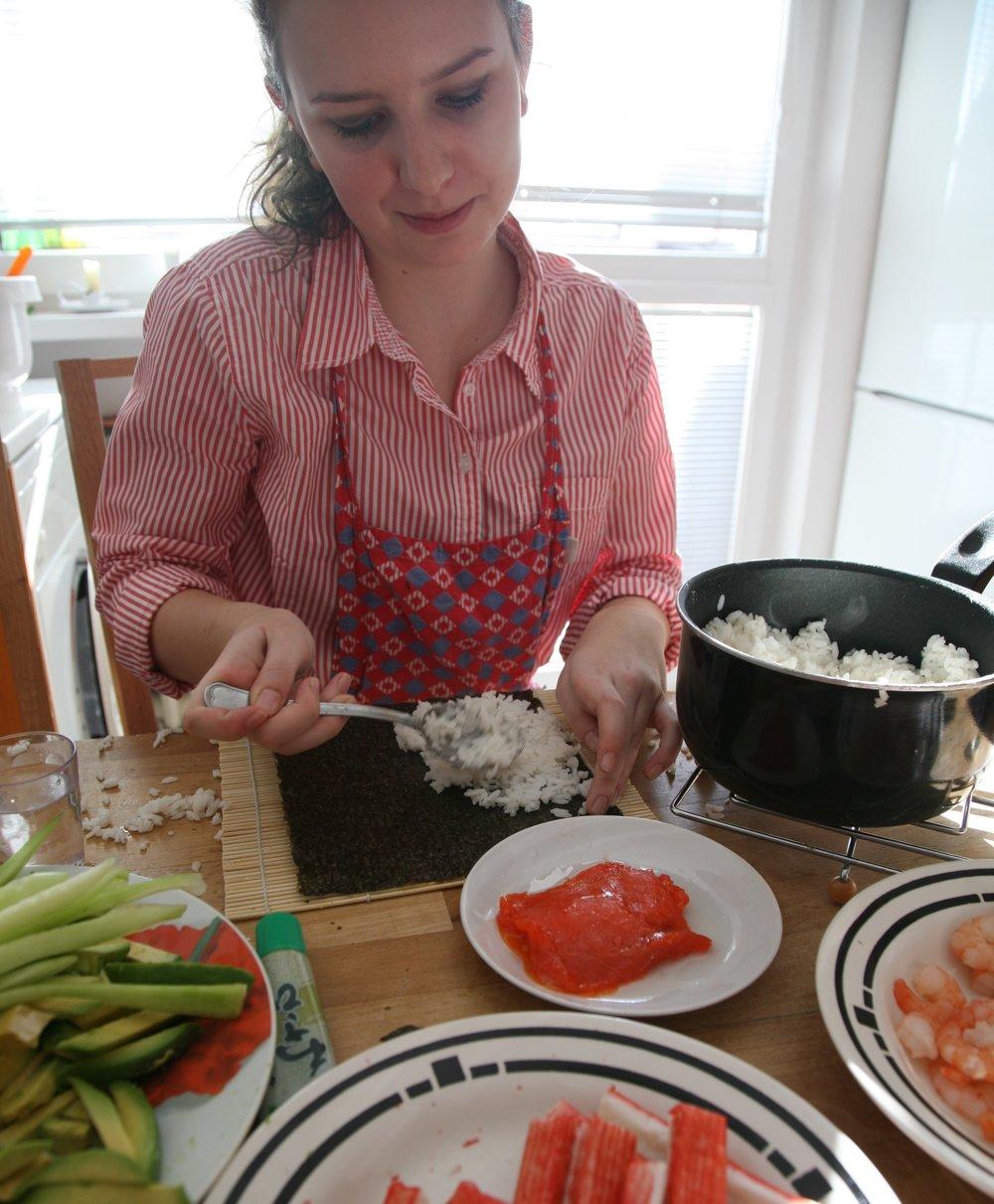 Ak si už raz zoženiete suroviny, môžete ich držať v špajzi. Do prípravy suši sa pustíte, keď budete mať čerstvú surovú rybu, potom vám to už pôjde jedna radosť.