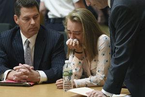 Michelle Carterová plače po tom, čo bola uznaná vinnou z neúmyselného zabitia v prípade samovraždy svojho priateľa Conrada Roya III.