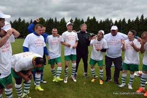 Hráči si obliekli majstrovské tričká a navliekli víťazné šiltovky.