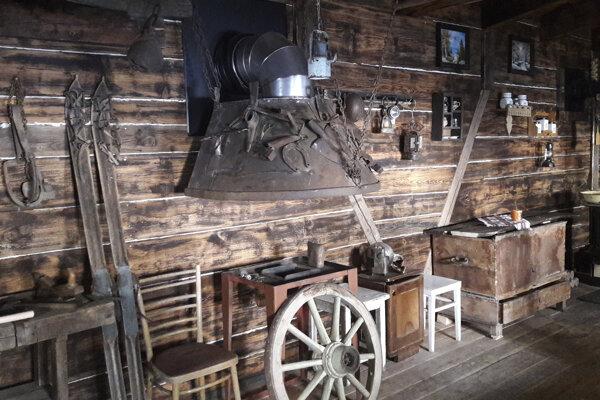 Nedávno pribudla pri vstupe do štôlne drevená stavba, faleska, ktorá kedysi slúžila ako ubytovňa aj dielňa baníkov. Aj štôlňa je súčasťou hry.